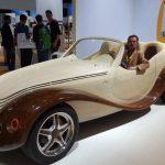 Julia: Masina spectaculoasa construita de un roman din lemn VIDEO